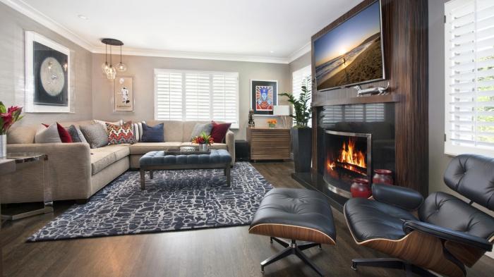 Телевизор смещен с центрального места в интерьере гостиной.