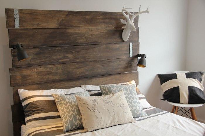 Декоративное изголовье и множество подушек украсят спальное место.