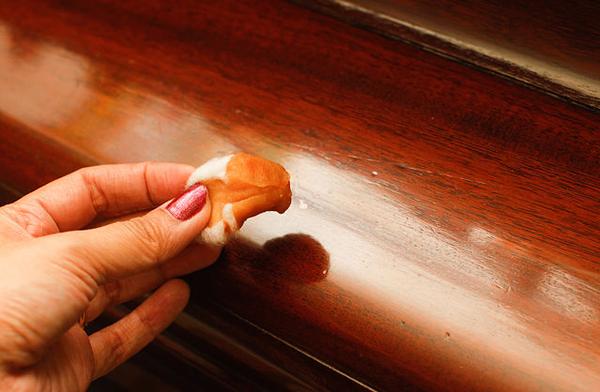 Маскировка царапин на мебели.