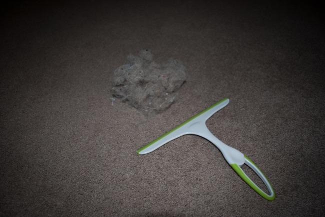 Уборка при помощи резинового скребка.