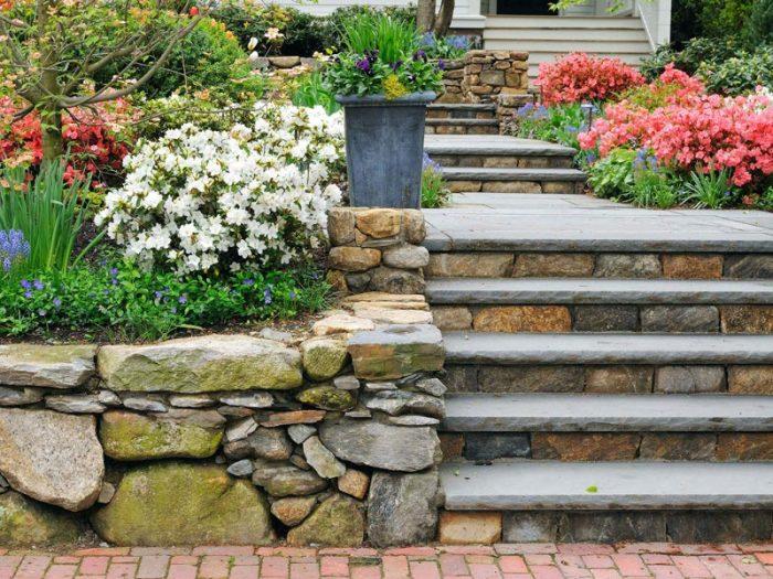 Лестница, украшенная камнями.