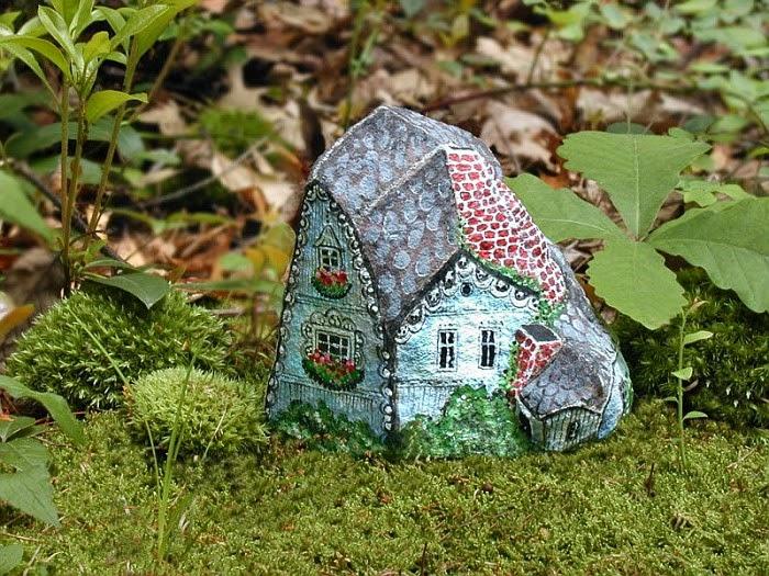 Разрисованные камни на даче.