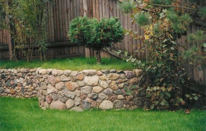 Многоуровневый участок, декорированный камнями.
