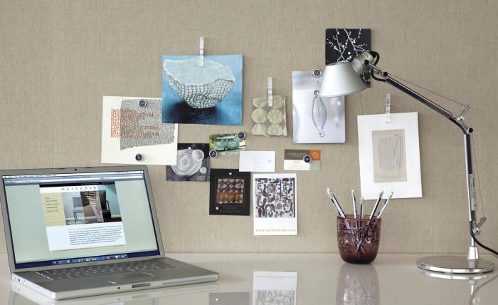 Повесить фото на стену на прищепках - доступная идея.