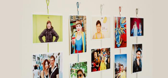 Подвешенные на стене фото.