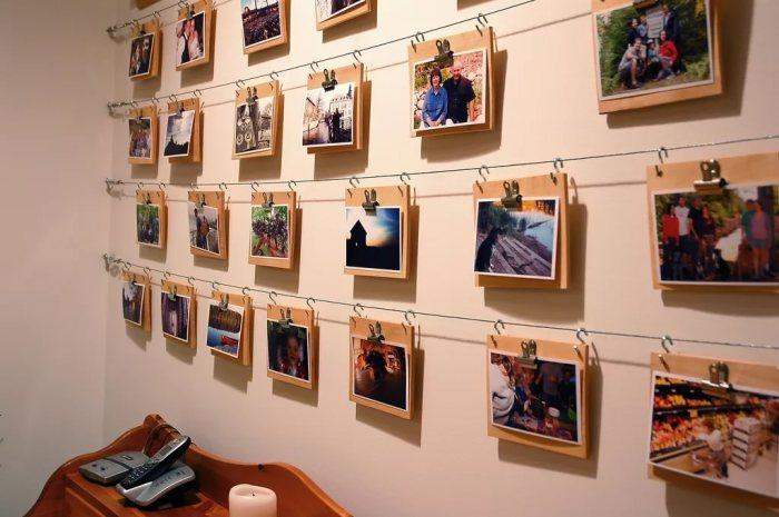 Фото на металлических крючках и деревянном фоне.