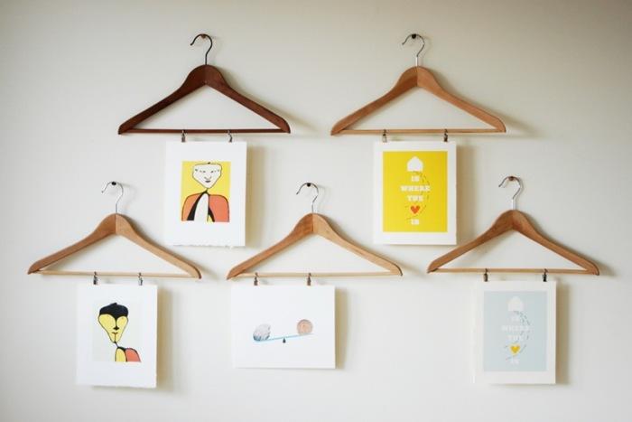 Фото на вешалках для одежды.