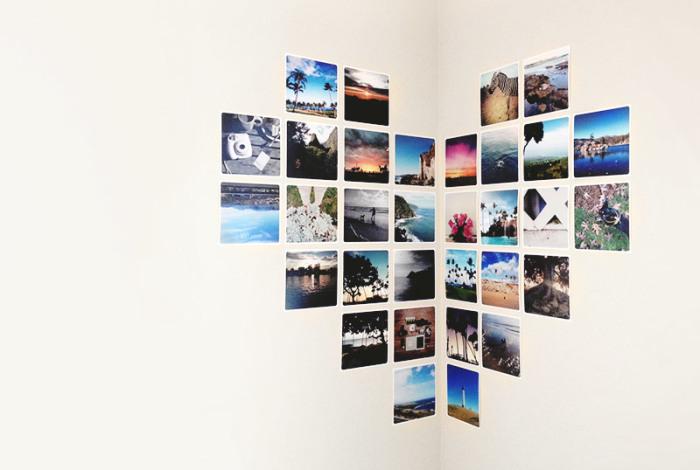 Таким необычным способом получится повесить фото на двух стенах сразу.