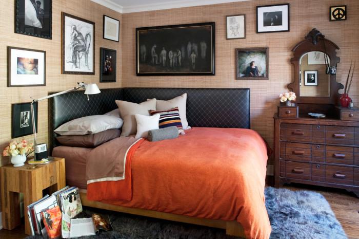 Картины - отличный декор для маленькой спальни.