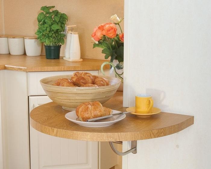 Небольшой стол на кухне.