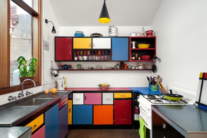 Дизайн яркой кухни с разноцветными фасадами.