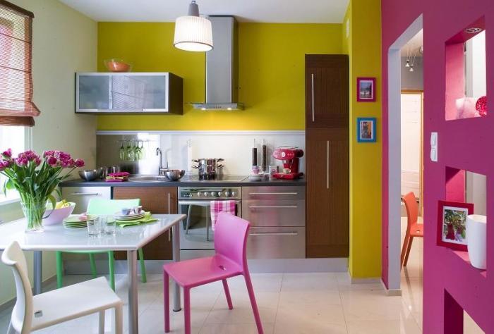 Розово-желтый интерьер кухни.