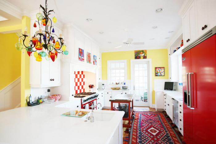 Яркий интерьер кухни в стиле эклектика.