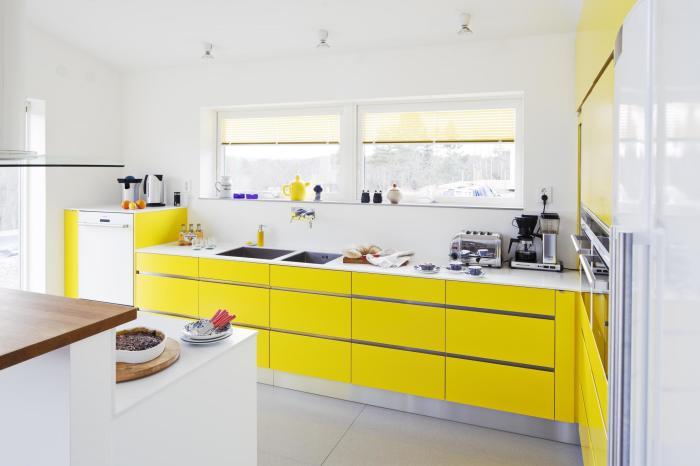 Яркая бело-желтая кухня.