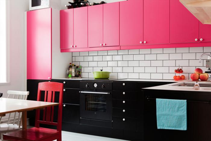 Розовый цвет в интерьере кухни.