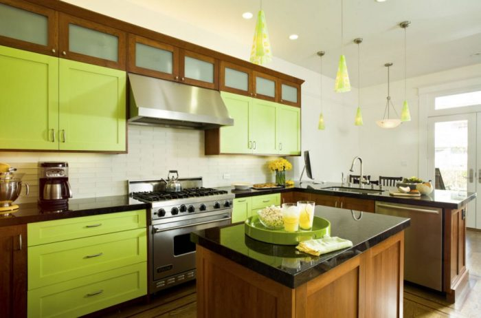 Яркая кухня в зелено-коричневой гамме.