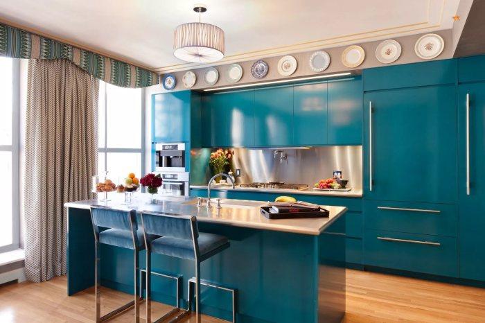 Яркий интерьер кухни с преобладанием синего цвета.