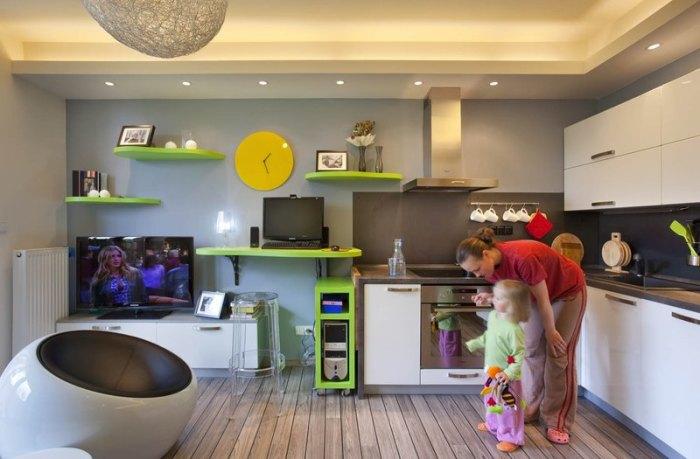 Яркий интерьер кухни с салатовыми деталями.