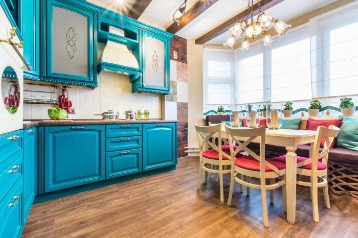 Яркая кухня в стиле кантри.