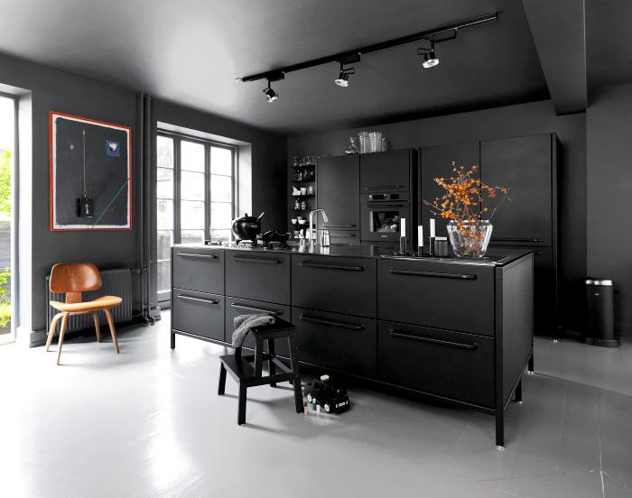 Черная кухня выглядит сверхактуально.