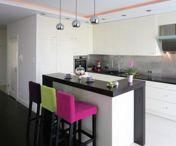 Яркие стулья оживляют лаконичный интерьер кухни.