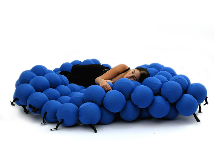 Кровать из множества шаров.