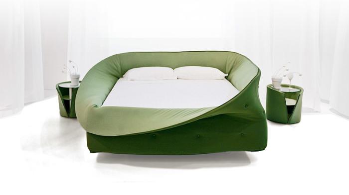 Кровать из мягкого материала.