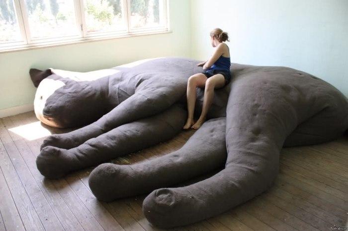 Кровать в виде огромной кошки.