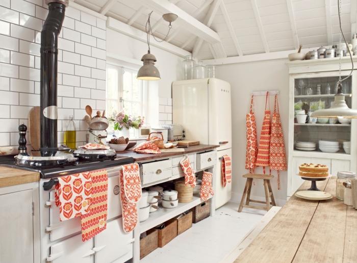 Яркие полотенца украшают кухню.
