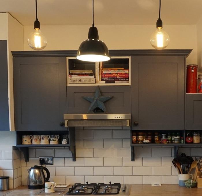 Полки занимают часть кухонного фартука.