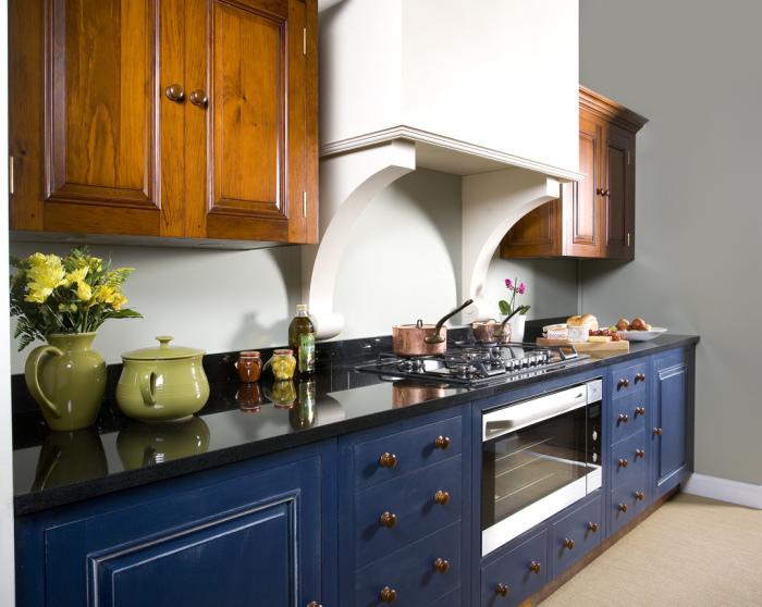 Сочетание коричневого и синего в интерьере кухни.