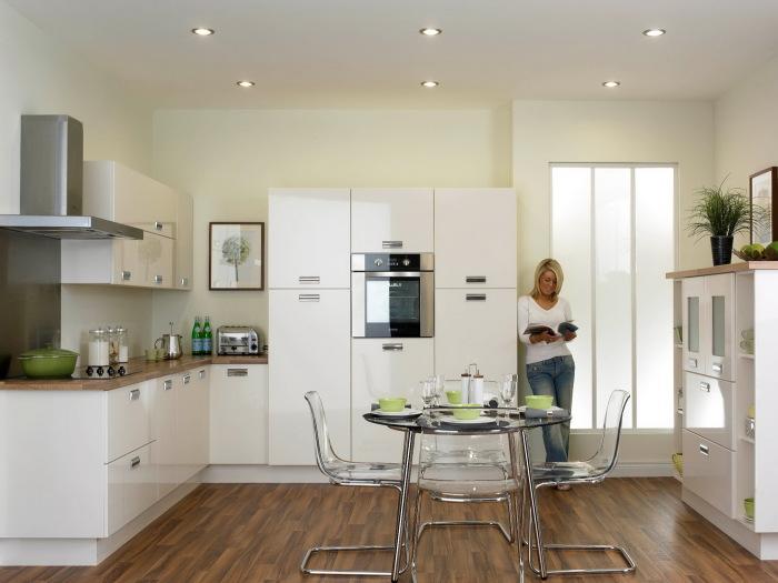 Мебель и стены - разных оттенков белого.