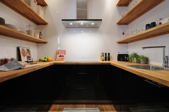 Деревянная отделка делает интерьер кухни уютным.