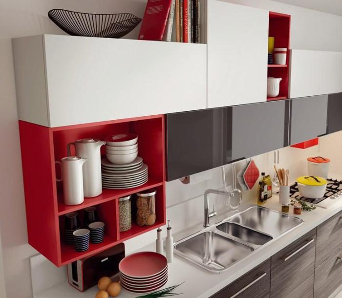 Открытые яркие полки уместны и в минималистичной мебели.
