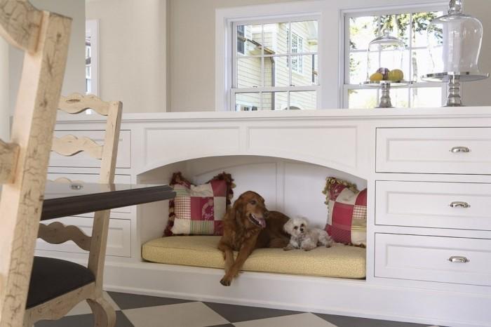 Специальная мебель с местом для собаки.