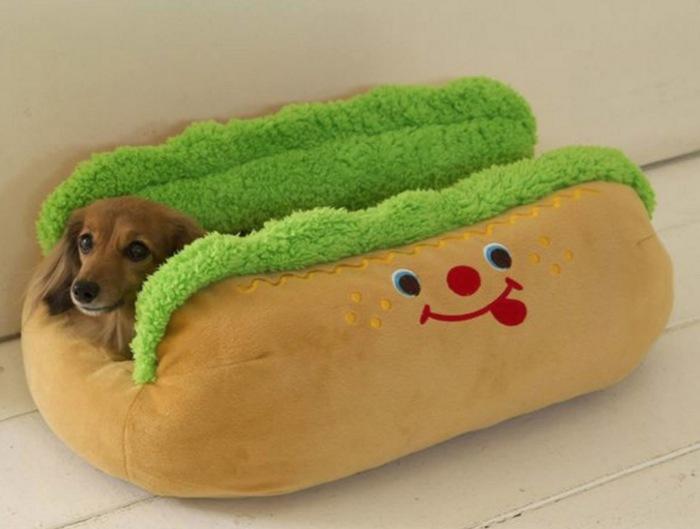 Мягкая лежанка в виде хот-дога.