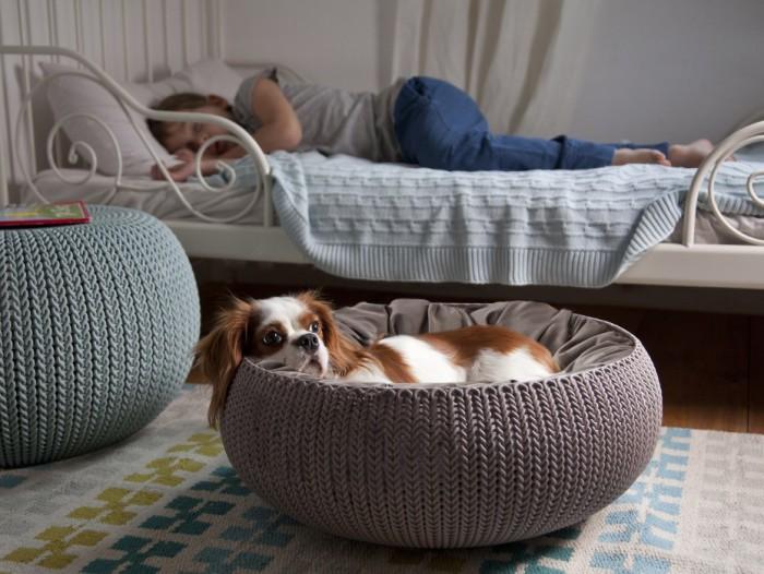 Вязаная лежанка для собаки.