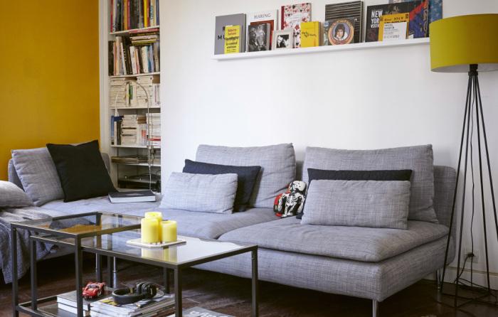 Место для полок найдется даже в интерьере маленькой гостиной.