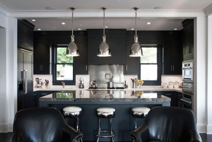 На темній кухні забезпечено максимум природного освітлення з різних джерел.
