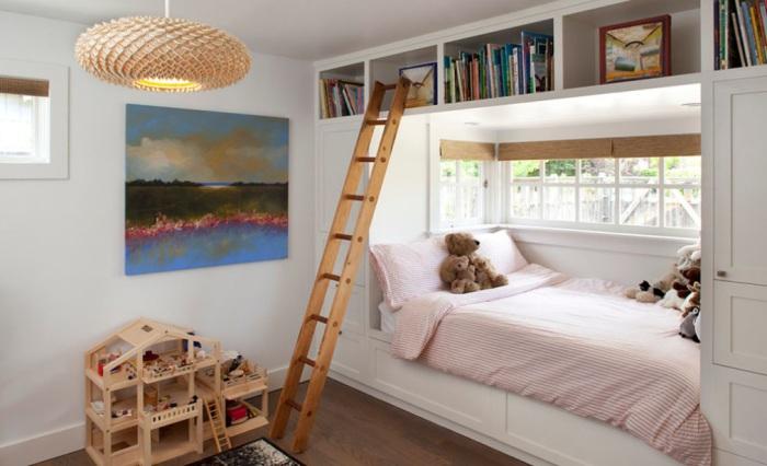 Необычное спальное место в интерьере маленькой детской комнаты.