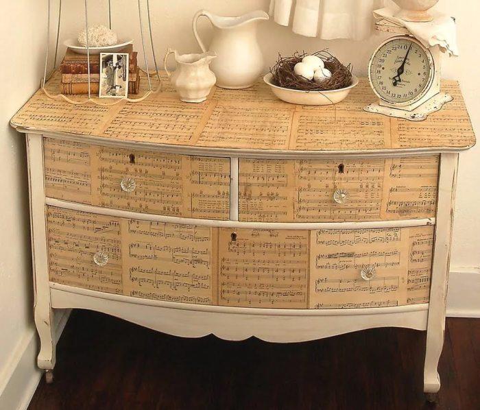 Декор мебели старыми нотами.