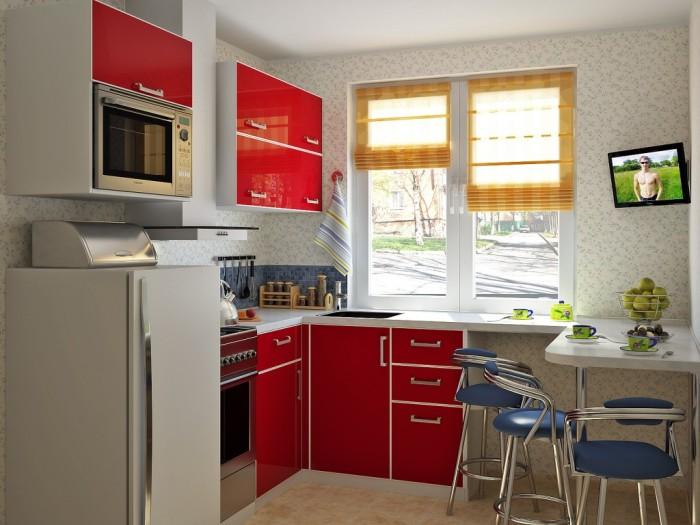 Угловой стол в интерьере маленькой кухни.
