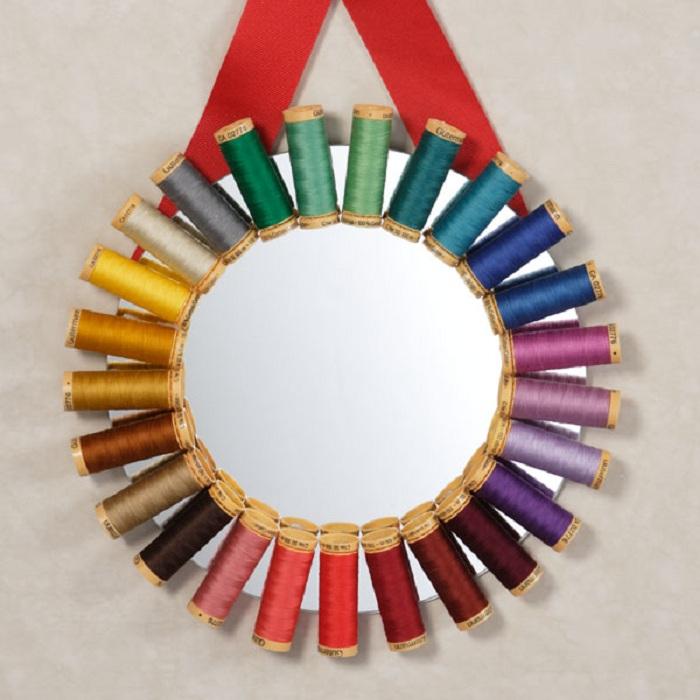 Декор зеркала для любительниц шитья.