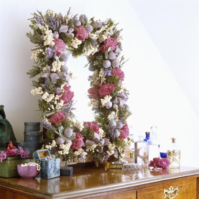Нежный декор зеркала искусственными цветами.
