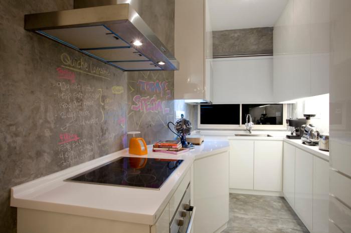 Стены в кухне из бетона.