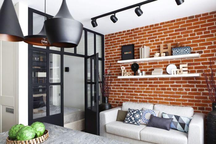 Кирпичная стена становится изюминкой интерьера однокомнатной квартиры.
