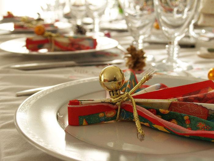 Новогоднее оформление стола при помощи шариков.