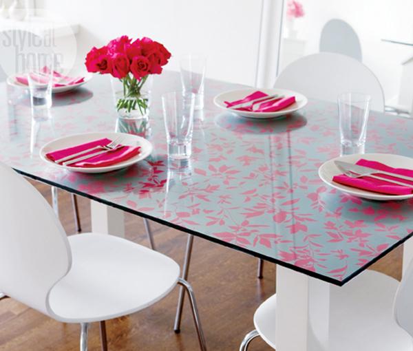 Украшение стола остатками обоев.