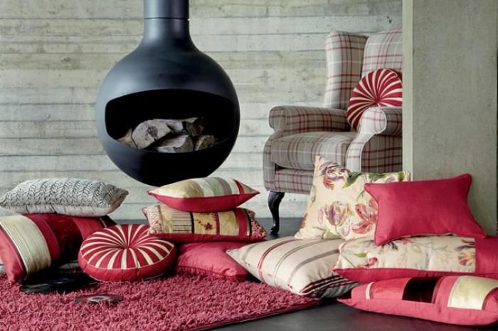 Подушки преображают скучный интерьер.