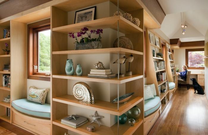 Полки визуально объединяют две комнаты.
